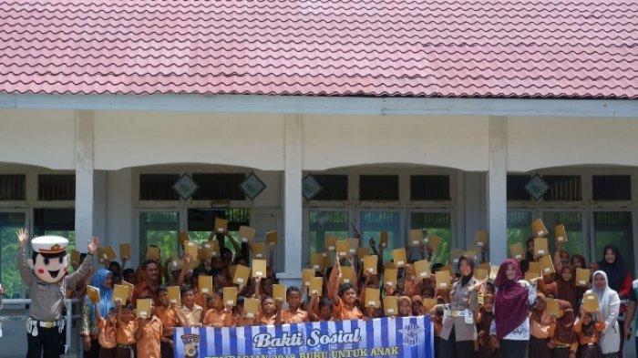 Satlantas Polres Aceh Besar Bagikan Ribuan Buku ke Anak-anak Pulo Aceh
