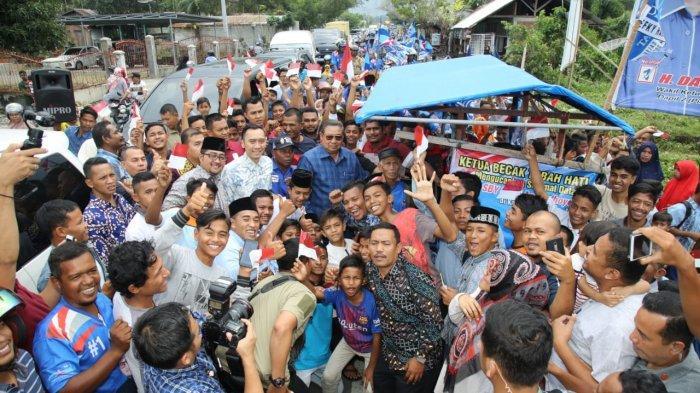 Memasuki Pidie, SBY Disambut Antusias Warga di Pinggir Jalan, Ada yang Minta Foto dan Berebut Salam
