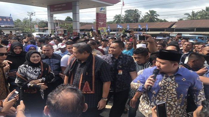 Singgah di SPBU Panton Labu, SBY dan Ani Yudhoyono Dikerumuni Warga