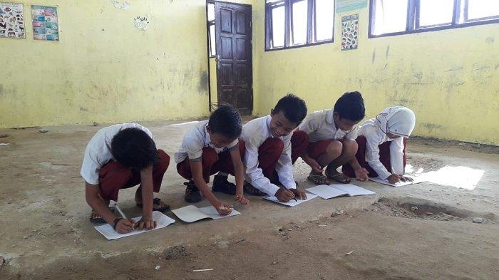 Murid SD Suka Makmur Belajar di Lantai, Bupati Aceh Singkil Perintahkan Kadis Pendidikan Kirim Kursi