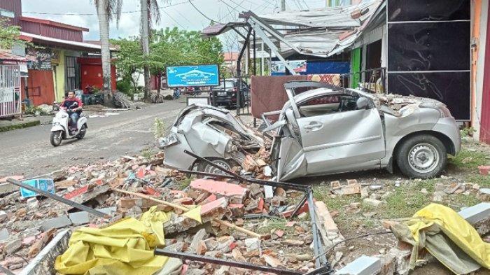 FOTO - Kondisi Kerusakan Akibat Gempa 6,2 SR di Sulawesi, Korban Meninggal Mencapai 56 Orang - sebuah-mobil-hancur.jpg