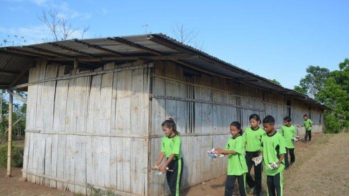 Sekolah Berdinding Bambu Hampir Roboh Dimakan Rayap, Siswa SMP Hanya Bisa Berdoa