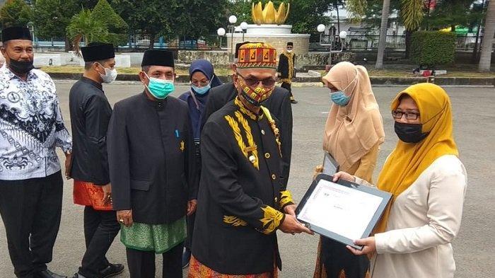Peringati Hardiknas, Bupati Bireuen Serahkan Penghargaan untuk Kepala Sekolah Penggerak