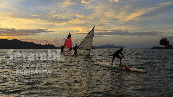 FOTO-FOTO : Aksi Peselancar Angin Hibur Pengunjung Pantai Ulee Lheue Banda Aceh