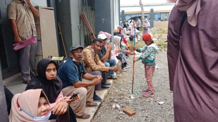 Ratusan Warga Ikuti Seleksi Penerima Bantuan di Kantor Disperindagkop Aceh Barat