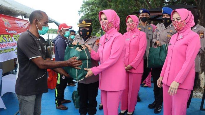 Peringati Hari Jadi, Ketua PD Bhayangkari dan Polwan Polda Aceh Bagi Sembako untuk Nelayan