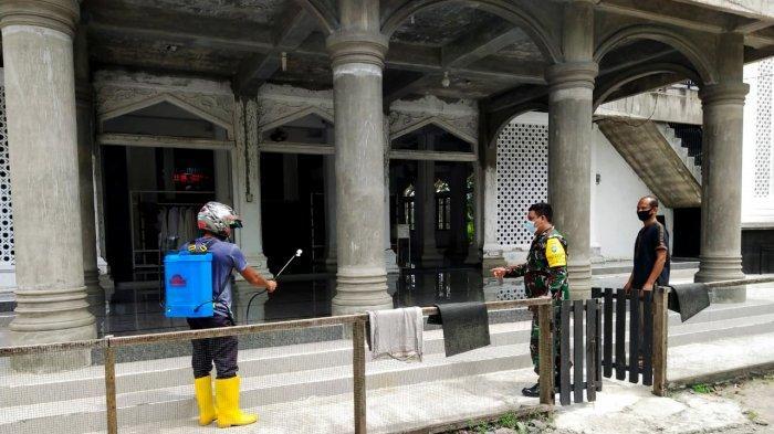 Jelang Hari Raya Idul Adha 1442 H, Koramil Ingin Jaya Semprot Disinfektan Masjid dan Meunasah