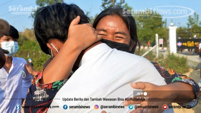 FOTO - Polisi Myanmar Pakai Ketapel Untuk Halau Massa, Militer Ancam 20 Tahun Penjara Bagi Pendemo - seorang-pelajar-ditangkap.jpg