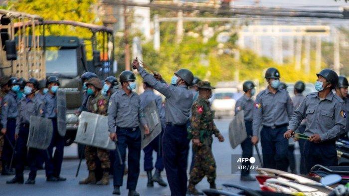 FOTO - Polisi Myanmar Pakai Ketapel Untuk Halau Massa, Militer Ancam 20 Tahun Penjara Bagi Pendemo - seorang-petugas-polisi-menggunakan-ketape.jpg
