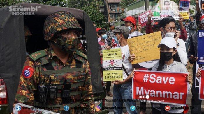 FOTO - Polisi Myanmar Pakai Ketapel Untuk Halau Massa, Militer Ancam 20 Tahun Penjara Bagi Pendemo - seorang-tentara-berjaga-243.jpg