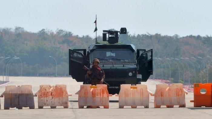 FOTO - Kondisi Terkini Kudeta Militer di Myanmar - seorang-tentara-berjaga-di-jalan-yang-diblokade-243.jpg