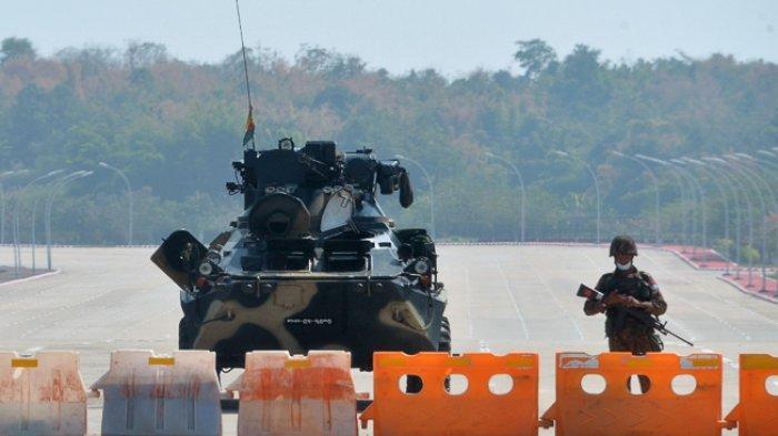 FOTO - Kondisi Terkini Kudeta Militer di Myanmar - seorang-tentara-berjaga-di-jalan-yang-diblokade-3.jpg