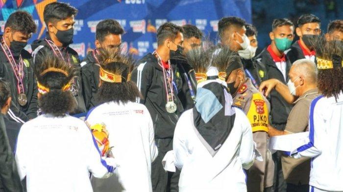 Tim Sepak Bola Aceh Raih Medali Perak, Sekda Terima Pataka PON 2024 yang Dihelat di Aceh dan Sumut