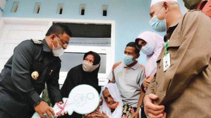 Aminullah Serahkan 11 Rumah untuk Kaum Duafa