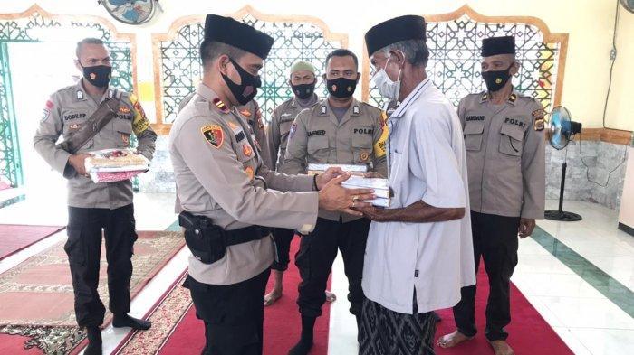 Polsek Krueng Raya Sumbang Alquran dan Mukena ke Masjid Miftahul Jannah Aceh Besar