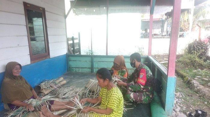 Babinsa Kodim 0108/Agara Motivasi Pengrajin Anyaman Tikar Salang Alas