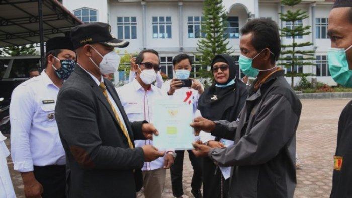 Pemkab Bener Meriah dan BPN Serahkan1.950 Sertifikat Tanah Program PTSL, Ini Pesan Plt Bupati