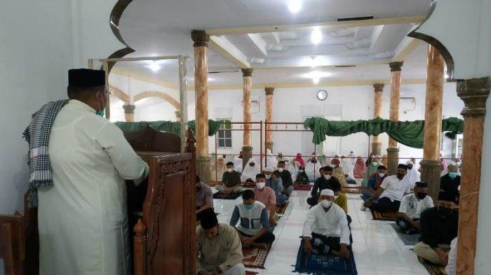 Terapkan Protkes, Personel Kodim 0107/ Aceh Selatan Shalat Idul Fitri 1442 Hijriah di Masjid Asrama
