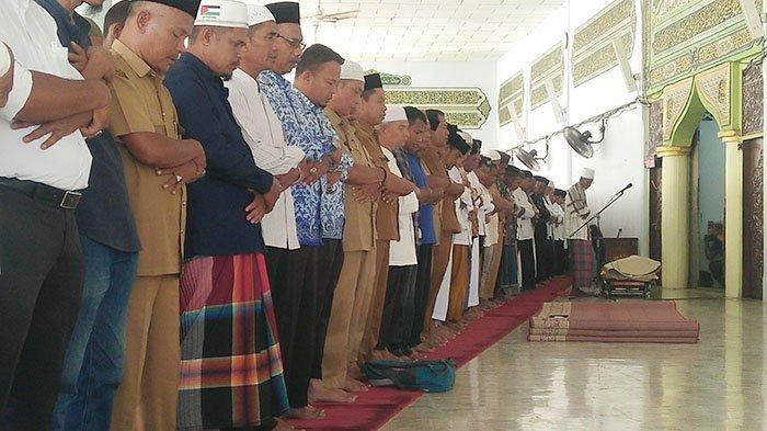 Ribuan Jamaah Shalati Jenazah Bupati Bireuen H Saifannur di Masjid Besar Peusangan