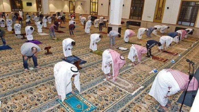 Arab Saudi Resmi Buka Masjid, Jamaah Diskrining, Shalat Berjamaah Berjarak Dua Meter