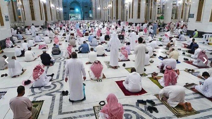 Warga Arab Saudi Laksanakan Shalat Tarawih Pertama di Dua Masjid Suci