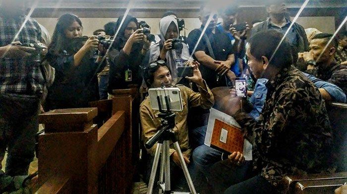 Sidang Penyampaian Nota Pembelaan Gubernur Aceh Irwandi Yusuf Diundur Enam Jam