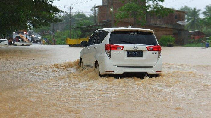 Jangan Anggap Remeh Mobil Wajib Dibilas Usai Diguyur Hujan, Ini Alasannya