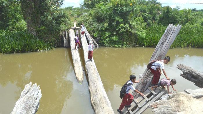 Bocah SD Menantang Maut di Jembatan Ambruk