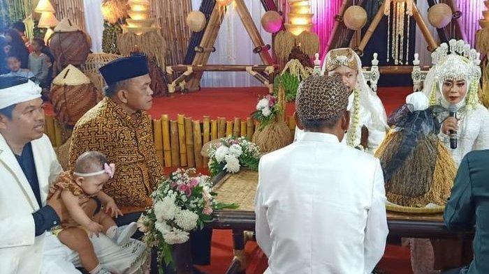Demi Lestarikan Budaya, Pasangan Pengantin Ini Menikah dengan Mas Kawin yang Tak Biasa