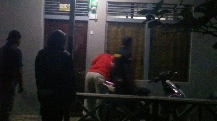 Oknum Guru PNS Tidur Bersama Wanita Lain di Kamar Kos, Digerebek Istri Bersama Satpol PP dan Polisi