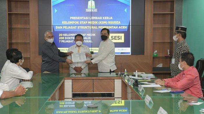 208 Dokter Spesialis yang Ditempatkan di RSUZA Terima SK Gubernur Aceh
