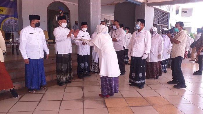 Sekda Aceh Serahkan SK Kenaikan Pangkat PNS Bireuen