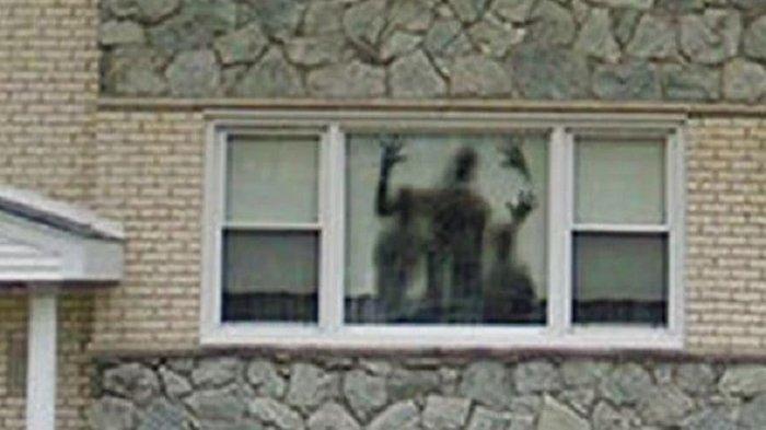 Viral, Kamera Google Maps Tangkap Foto Sosok Mengerikan di Balik Jendela Rumah, Apa Itu?