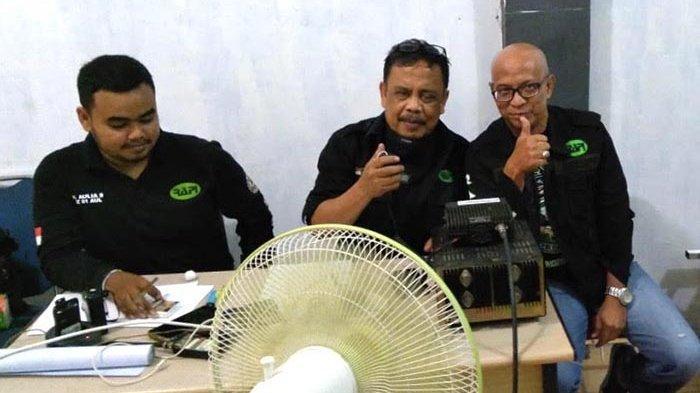 Ketua Penasihat RAPI Aceh, Nasir Nurdin didampingi Ketua Penasihat RAPI Banda Aceh, Putut Rananggono dan Admin Net Controle Station (NCS) mengendalikan Special Call Malam Keakraban di Sekretariat RAPI Kota Banda Aceh, Sabtu (3/10/2020).