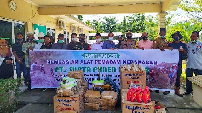 Foto bersama usai penyerahan alat pemadam kebakaran di Kantor PT. SPS 2, Kecamatan Darul Makmur, Nagan Raya, Rabu (10/3/2021).