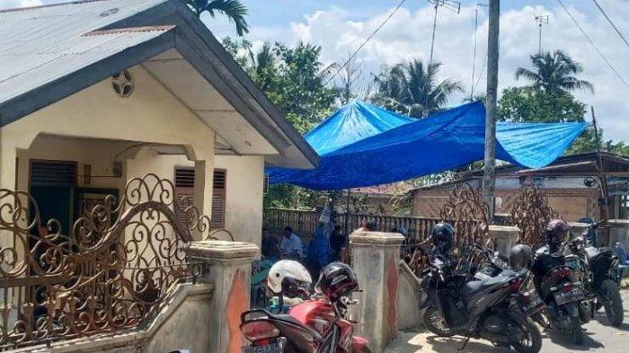 Suasana rumah korban dipenuhi pelayat, Rabu (14/4/2021). Korban diduga menjadi korban pembunuhan cucunya sendiri.
