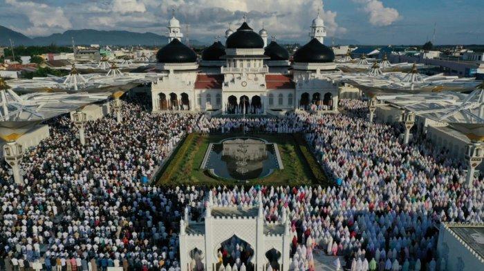 Shalat Idul Fitri, Masyarakat Penuhi Masjid Raya dan Tetap Patuh Protkes
