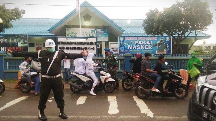 Puluhan Personel Subdenpom IM/1-3 Sigli Turun ke Jalan Bagikan Ratusan Paket Takjil untuk Pengendara
