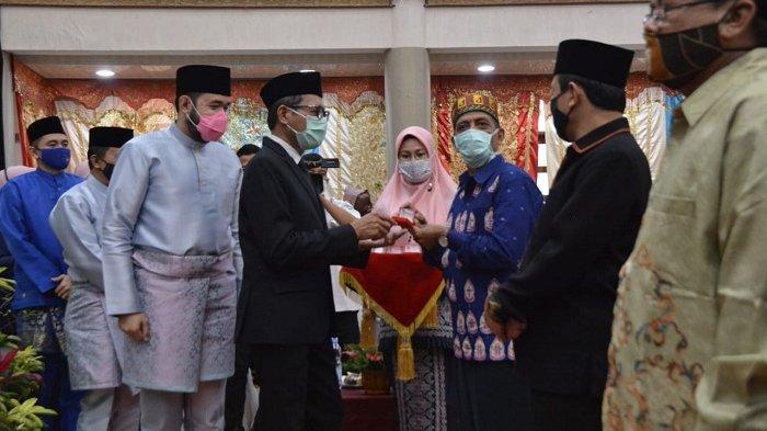 Seniman Asal Aceh, Sulaiman Juned, Terima Pin Emas dari Pemerintah Kota Padang Panjang