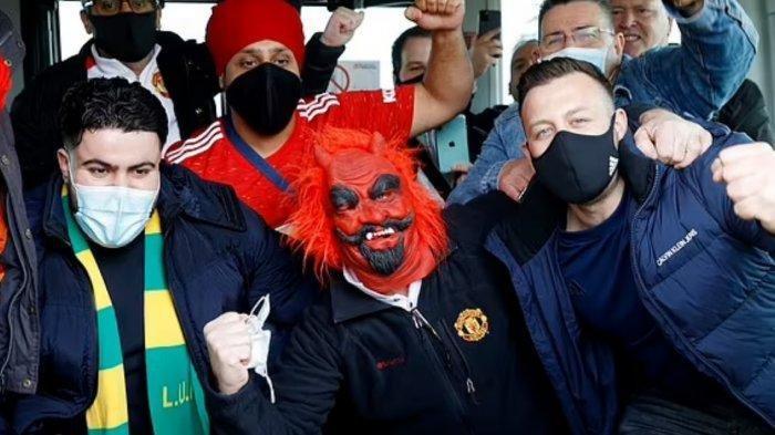 Jelang Final Liga Europa, Hooligan Berpakaian Hitam Serang Suporter Manchester United, Tiga Terluka