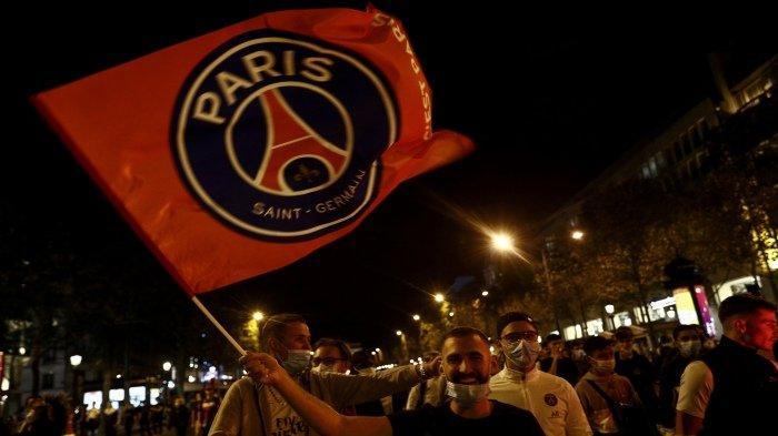 FOTO - Kerusuhan Suporter PSG, Bakar Mobil Hingga Tembakan Gas Air Mata Pasca-Final Liga Champions - supporter-psg-kibarkan-bendera.jpg