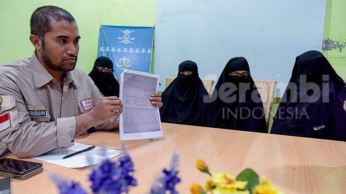 Direktur Yayasan Advokasi Rakyat Aceh (Yara), Safaruddin, Kamis (20/12/2018) memperlihatkan surat penangkapan di depan sejumlah wanita bercadar yang mengaku kehilangan suami saat melapor ke Kantor Yara di Banda Aceh. Mereka melaporkan kehilangan anggota keluarganya yang diyakini diciduk Datasemen Khusus (densus 88) antiteror terkait isu teroris.