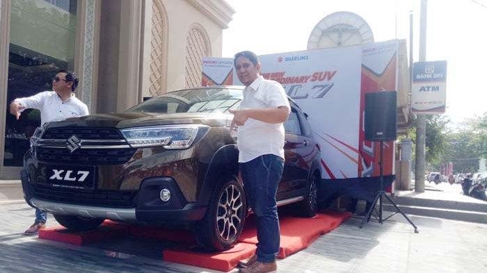 General Manager PT Armada Banda Jaya, Deli Saputra (kanan) dan KGS Hardabri M (kiri) Perwakilan Manajemen PT SIS, memperlihatkan Suzuki XL7 yang resmi diluncurkan di Banda Aceh, Minggu (1/3/2020).