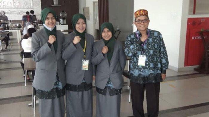 Tim syarhil putri Aceh didampingi pelatih, Ustaz Akhyar menjelang tampil di Auditorium UIN Imam Bonjol, Rabu (18/11/2020).