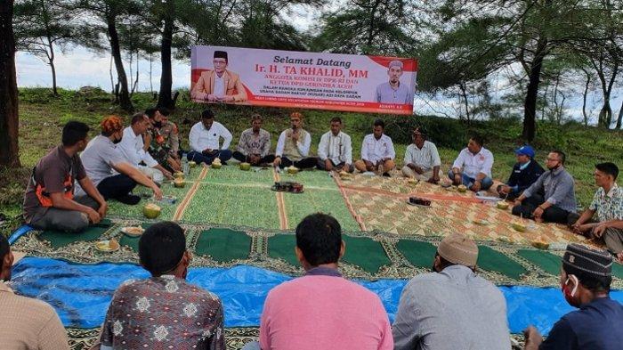 Anggota Komisi IV DPR RI Ir H TA Khalid MM mengunjungi Petani garam tradisional di Desa Lueng Gayo, Kecamatan Teunom, Kabupaten Aceh Jaya pada Jumat, (8/1/2021)