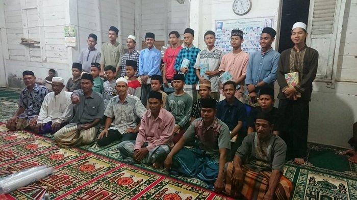 Masyarakat Gampong Meunasah Hagu Serahkan Hadiah untuk Anggota Tadarus