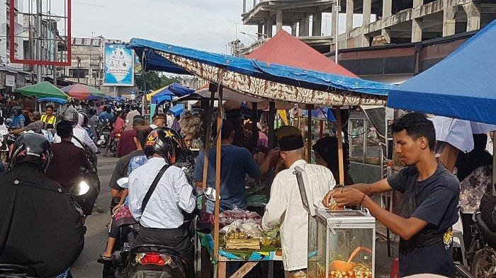 Pedagang Jajanan Berbuka Sesaki Jalan Pasar Langsa, Kenyamanan Pengguna Jalan Terganggu