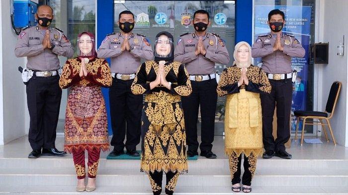 Peringati Hari Kartini, Polwan Polres Aceh Utara Tampil Dengan Pakaian Adat Saat Beri Pelayanan
