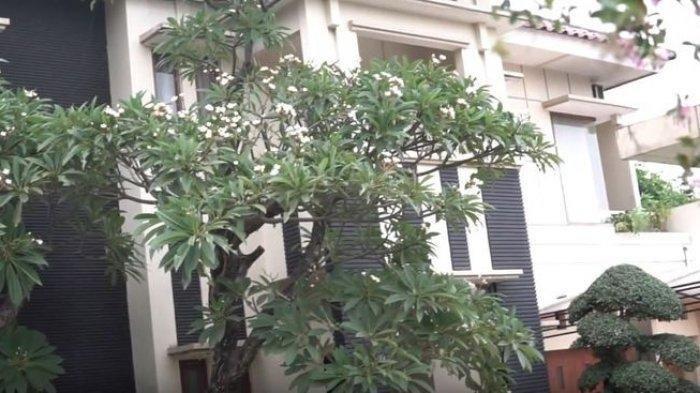 Tampilan depan rumah mewah Narji