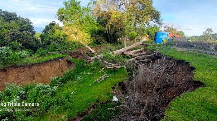Akibat diguyur hujan deras dalam dua malam terakhir, permukaan tanah bergerak di Gampong Lamkleng, Kecamatan Kuta Cot Glie, Aceh Besar, terus menurun. Pagi ini, Sabtu (3/4/2021) titik terdalam tanah amblas sudah mencapai 7 meter, lebar 250, dan panjangnya sekitar 200 meter. Menjelang puasa Ramadhan, masih ada 1 KK di desa itu yang mengungsi.
